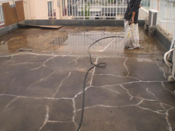 高圧水洗浄にて表面の汚れ・コケ等を取り除き、下地との接着を良好に